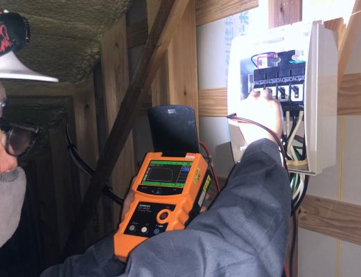 住宅用太陽光発電システムのメンテナンスを行いました。 電気点検ではIVカーブを使用してパワコンなどに異常がないか確認しました。 例えば、配線の1カ所が雷などで溶けていたとしたら、火事の原因にもなります。 パワコンなどに異常がある場合は、IVカーブに表示されるグラフが乱れるので すぐにわかります。 事故を防ぐためにも、定期的なチェックは欠かせませんね(^^)